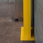 Dettaglio fissaggio a pavimento piedistallo per teca defibrillatore